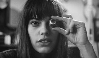Девушка держит в руке искусственный глаз