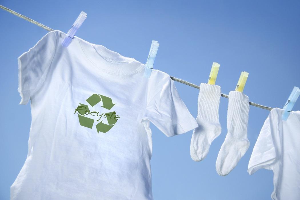 белые носки и футболка на веревке