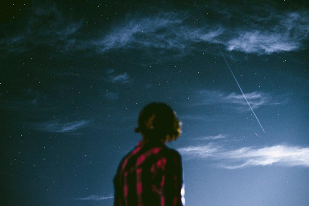 Девушка смотрит звезды