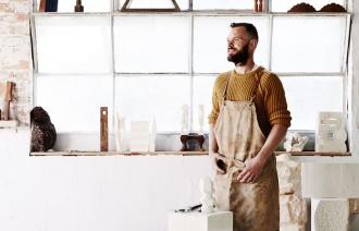 Бородатый мужчина за работой