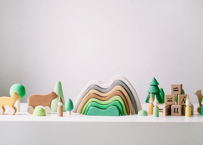 c36194578347 «Радуга грёз» — это семейная мастерская деревянных игрушек, находящая  вдохновение в лесу, смехе, детстве, природных красотах и сказках.