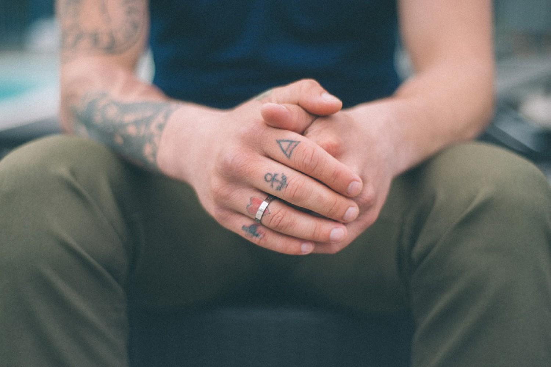 перевод ситора тату на среднем пальце левой руки фото ходе
