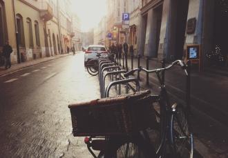 велосипед с корзиной на парковке